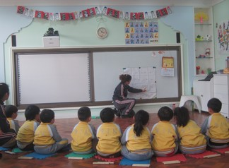 北京/图为:爱迪幼儿园孩子们在认真上课
