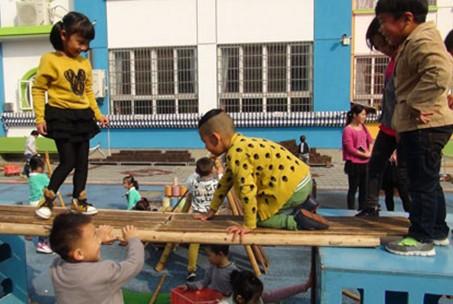 这是浙江省安吉县机关幼儿园为孩子们创设的户外野趣